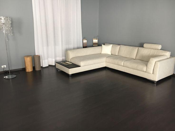 Divano moderno Portofino con chaise-longue e tavolino terminale rivestito in tessuto sfoderabile e in vendita da Tino Mariani. Personalizzabile nella scelta delle dimensioni e dei dettagli, realizzabile anche SU MISURA.