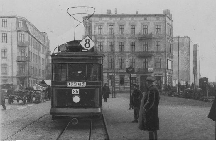 """Tramwaj linii """"8"""" na pętli Łódź-Fabryczna - widoczny przód wagonu silnikowego typu Herbrand U107c."""