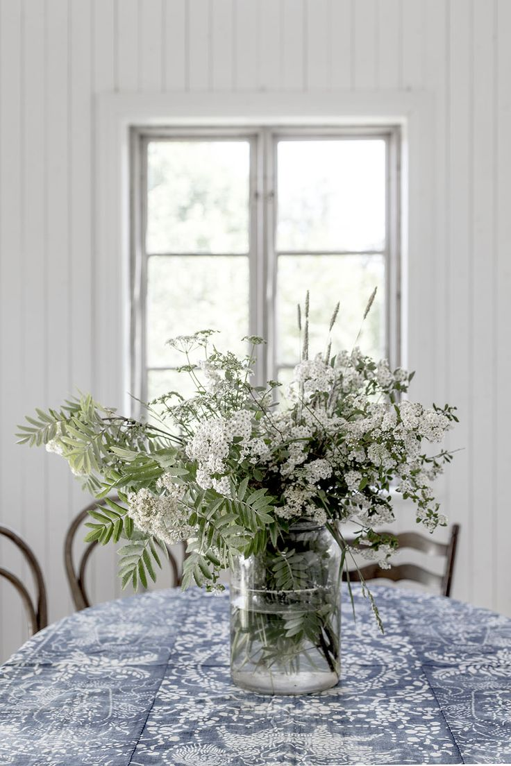 Dressing your table with a fresh bouquet of flowers perfect simple interior design scheme for your living-room.