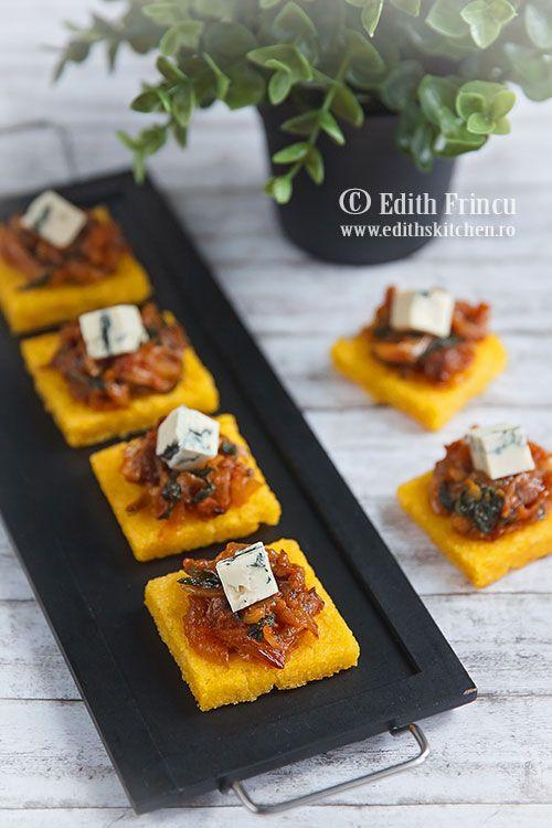 Bruschete de mamaliga prajita pe grill, cu topping de ceapa caramelizata, cu otet balsamic si zahar si branza gorgonzola.