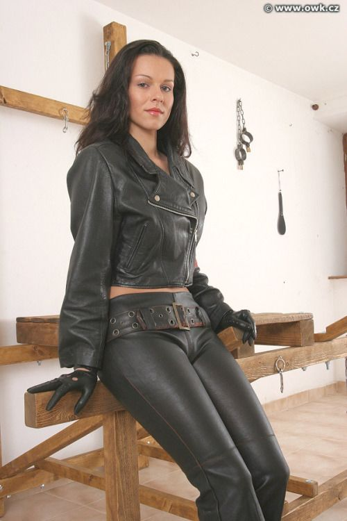 Pin by Switch Sleter on Gloved Ladies in Black Leather ...