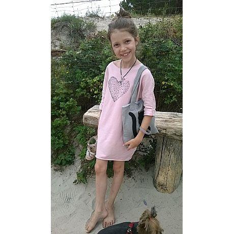 Sukienka uszyta z mięciutkiej dzianiny bawełnianej w kolorze pudrowego różu.