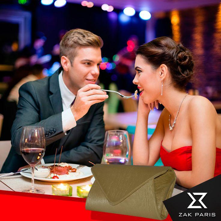 Acude a una cita romántica con el clutch de Zak paris, una original cartera…