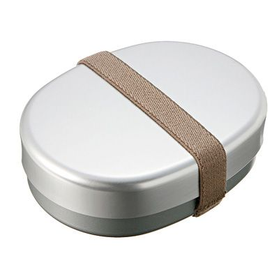 アルミお弁当箱・小 約280ml・ベルト付き  中にL型の仕切りが入ったシンプルなアルミのお弁当箱です。保温庫で使用できます。お子様の成長にあわせてサイズを2種類作りました。ランチバンド付き。  税込1,400円