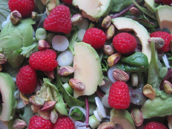 Forårssalat med hindbær nærbillede