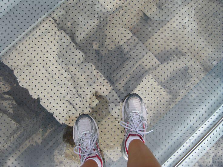 piso de vidrio sobre ruinas con patron serigrafiado
