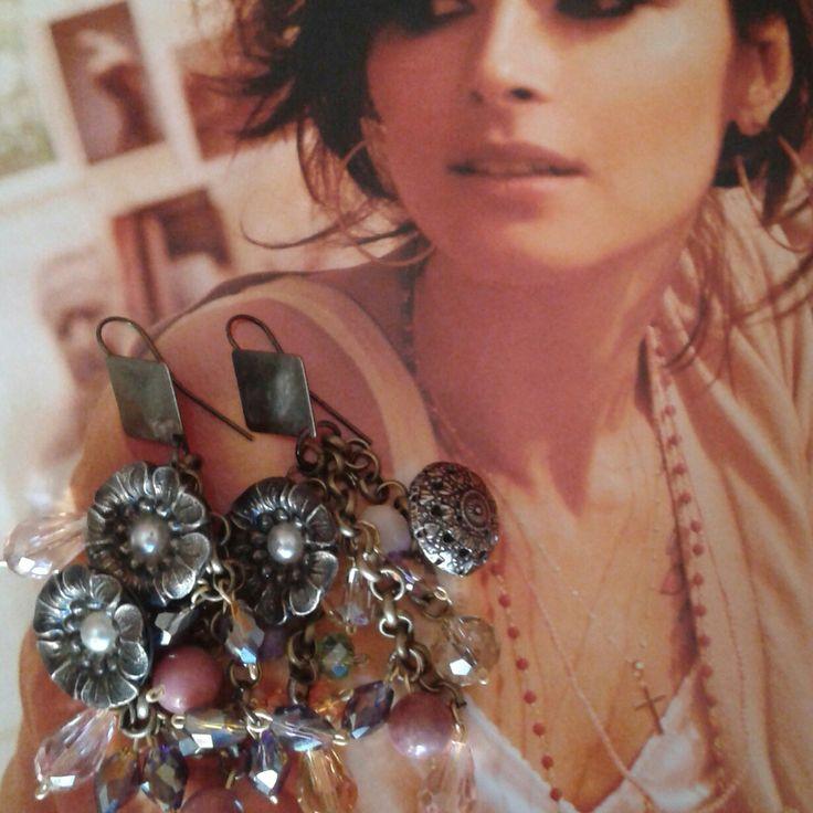Orecchini nei toni del rosa cipria con cristalli e bottoni antichi anni 50 floreali ..pezzo unico