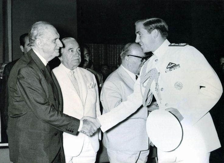 Στιγμιότυπο από το Α' Ναυτιλιακό Συνέδριο τον Αύγουστο του 1964. Ο Πρωθυπουργός Γεώργιος Παπανδρέου υποδέχεται τον Βασιλέα Κωνσταντίνο. / From the First Maritime Conference in August 1964. Prime Minister George Papandreou welcoming King Constantine.