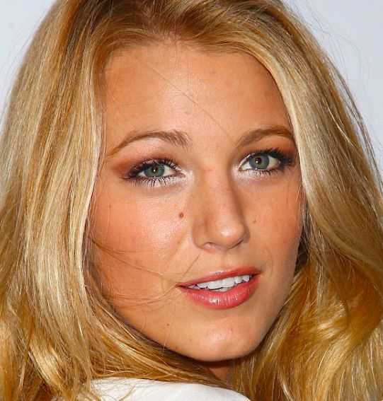 blake lively yeux hooded
