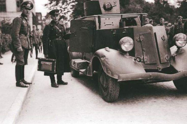 1939r. Przyjaciele przed Pałacem Lubomirskich. Na pierwszym planie samochód pancerny  Ford A Iżorski, w skrócie FAI produkowany w latach 1933-36 a obok oficer sowiecki i niemiecki.