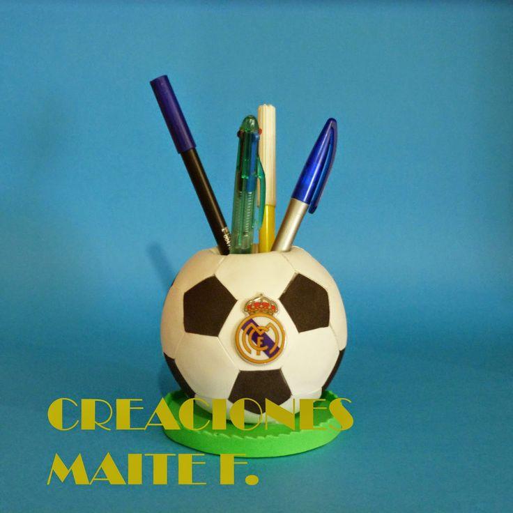 cubilete para lapices en goma eva, con forma de balon de futbol y con escudo del Real Madrid