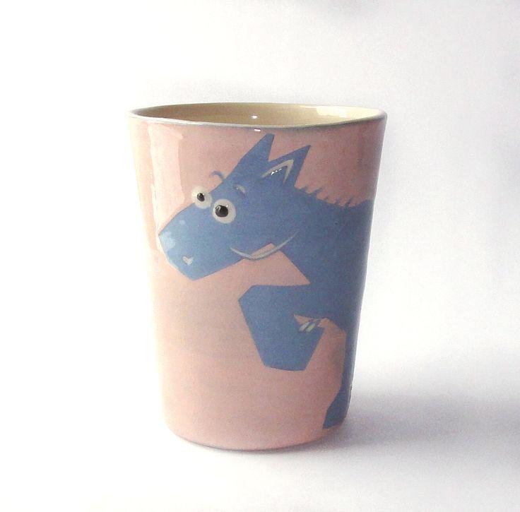 """No podemos negar que a todos nos gustar tener nuestra propia taza, una con la que llegamos a presumir y sentirnos identificados en nuestro ritual del desayuno o del momento """"té o café"""" después del almuerzo. Si aún no tienes la tuya, ¡descubre las divertidas tazas suecas de animales de Camilla Engdahl!"""