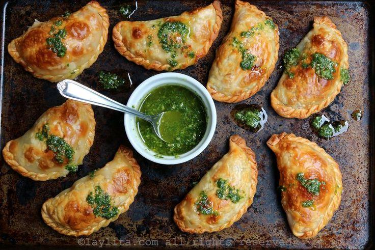Empanadas caprese con relleno de queso mozzarella, tomates, y albahaca. Se sirven con salsa de albahaca.