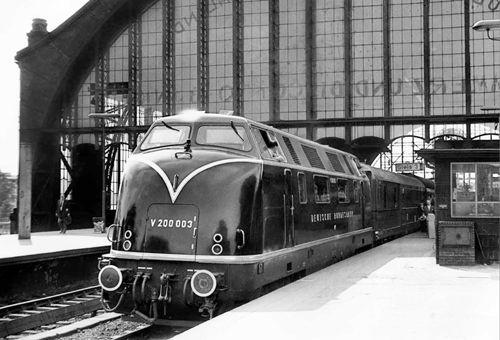 Zu den Paradepferden der DB gehörte in den fünfziger Jahren die Baureihe V 200, die im F-Zug-Einsatz zwischen Hamburg-Altona und Frankfurt verwendet wurde. Hier erreicht ein solcher Zug den Bahnhof Dammtor. Foto: eisenbahnstiftung.de