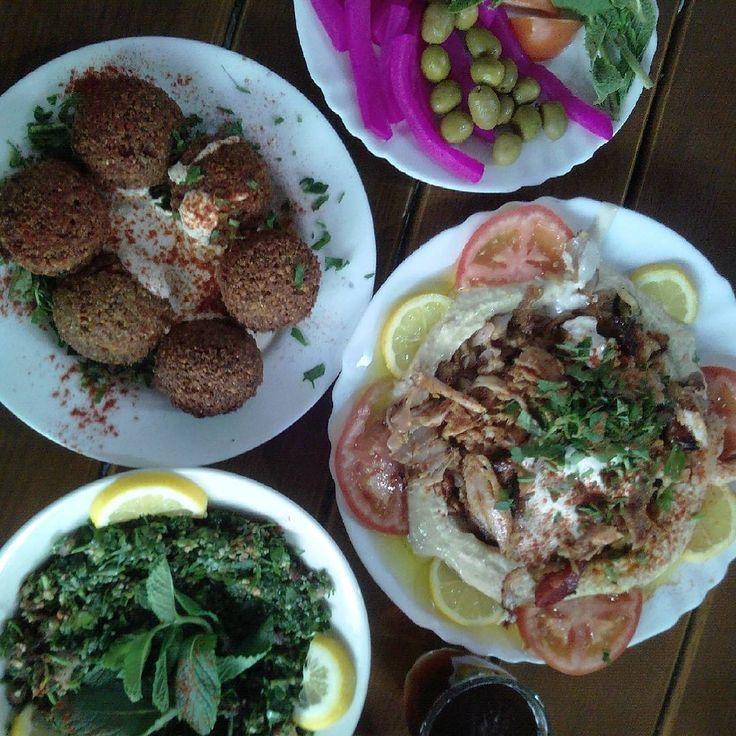 #arabfd #arabskiesmakiiaromaty  pysznie jak nie wiem co!:) falafel, hommos z szawarma, tabbouleh, kiszonki, herbata. Trudno uwierzyc ale dalismy rade :D #berlin