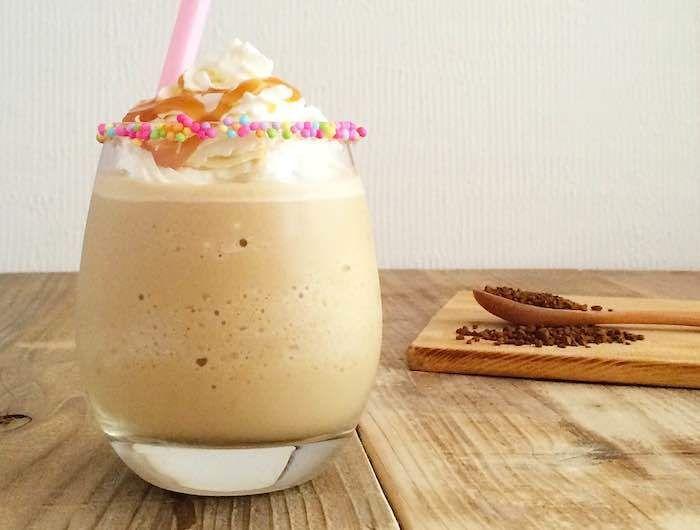 コーヒーとキャラメルソースを使ったスムージーのご紹介です