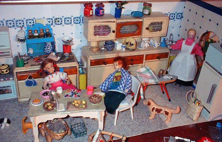 https://flic.kr/p/8FHNgG   Puppenküche mit Kühlschrank   Küche mit altem Schrank die beiden Kinderpuppen sind von Erna Meyer aus den 60er Jahren