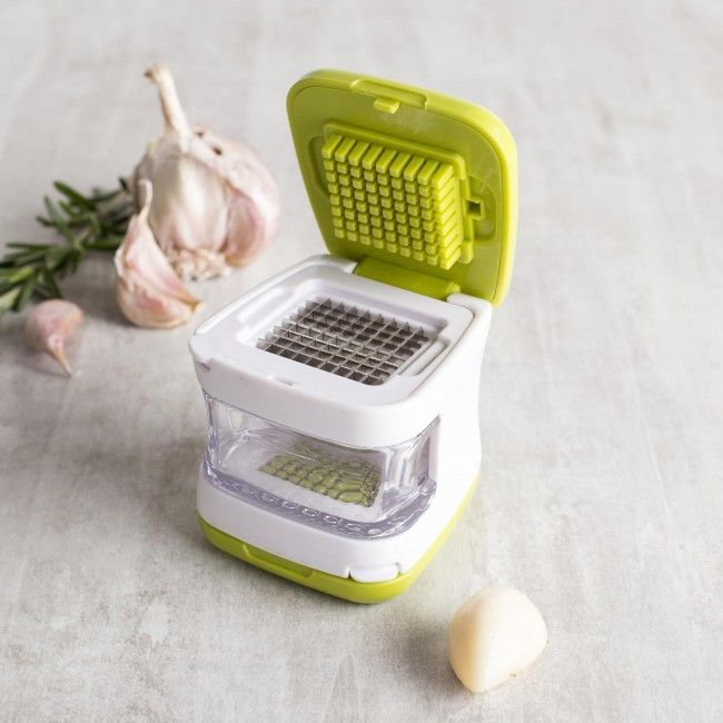 Chopping garlic has never been so easy! Simply push down on the lid to cleanly slice or dice your garlic cloves.