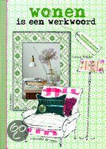 Wonen is een werkwoord - Yvonne Bakker - ISBN 9789021546827. Dit prachtige woonboek is werkelijk een plaatje! Het is een fantastische combinatie van illustraties en fotografie samengebracht rondom het thema persoonlijk wonen. Wonen is een werkwoord laat zien hoe je...GRATIS VERZENDING IN BELGIË - BESTELLEN BIJ TOPBOOKS VIA BOL COM OF VERDER LEZEN? DUBBELKLIK OP BOVENSTAANDE FOTO!