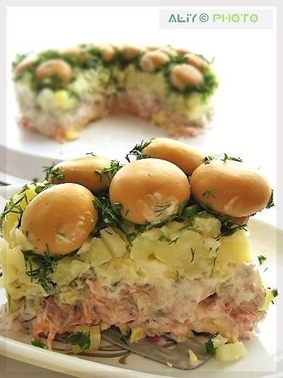 """Салат """"Грибная поляна""""  Ингредиенты:  - грибы - 1 банка  - лук зеленый и укроп  - вареное мясо  - морковь по-корейски - 200 г  - твердый сыр - 200 г  - картофель вареный- 3 шт.  - огурцы маринованные - 3 шт.  - майонез  Приготовление:   Грибы уложить шляпками вниз  Сверху грибов мелко нарезанную зелень  Затем отварной картофель (мелко нарезанный).  Утрамбовать и смазать майонезом  Затем огурцы, майонез  6. Мясо, майонез  Морковь, майонез, сыр  Затем кастрюлю перевернуть на блюдо"""