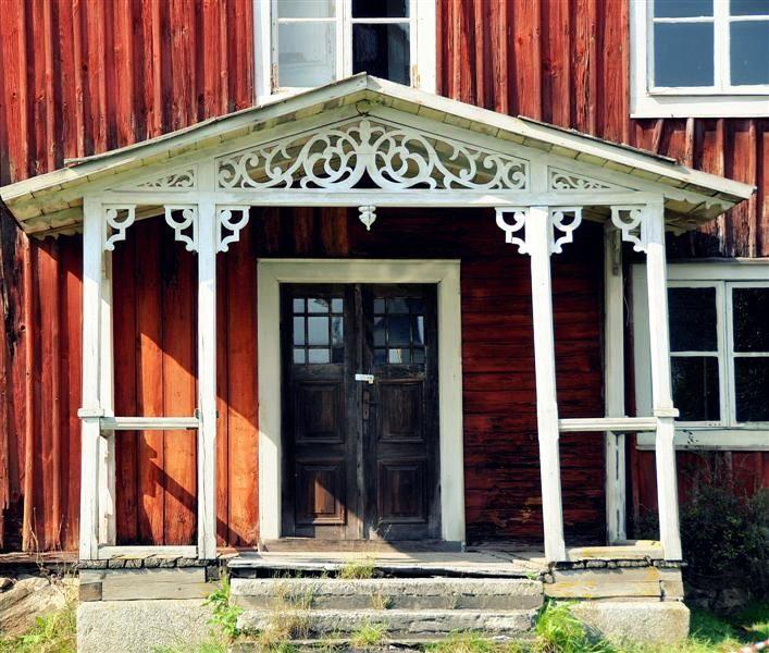 Farstukvist eller veranda, vad kallas denna del av huset? I alla fall gillar jag dessa ornament som släpper igenom mycket ljus.
