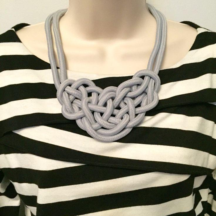 Licht grau nautische Seil Knoten Anweisung Halskette von BohoJewelBoutique auf Etsy https://www.etsy.com/de/listing/290886897/licht-grau-nautische-seil-knoten