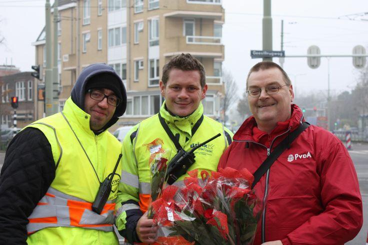 Rijswijkse PvdA bedankt erkeersregelaars Haagweg.   Vrijdag de 13de was het de laatste dag dat de verkeersregelaars ervoor zorgden dat iedere weggebruiker zich zo veilig en zo snel mogelijk door het verkeer rond en op de Haagweg kon bewegen.  De grote waardering werd namens Erik van der Veer en Zacharia Sialiti voor de PvdA, uitgedeeld. Een chocoladeletter P–'PRIMA van de PvdA' en een rode roos werden als blijk van dank overhandigd. (13-12-2013)