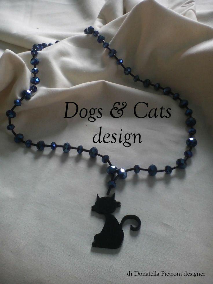 14206 - Collana lunga con perle di vetro sfaccettato Blu e tubino nero. Ciondolo in plex nero lucido, gatto grande. Pezzo unico. Dogs & Cats design di Donatella Pietroni designer