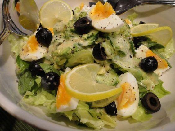 Sałatka z awokado i jajkiem. Pyszna i zdrowa!