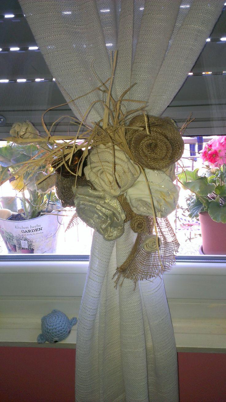 Fermatenda,fiori di stoffa e iuta.