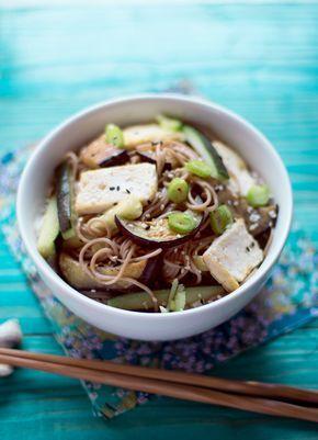 Queremos veranito con platos frescos y si son japoneses mejor. Os propongo  unos fideos soba frios con una deliciosa salsa de sésamo, berenjena y tofu  a la plancha. Además es un plato ideal para aquellos veganos a los que les  gusta disfrutar de la cocina japonesa.  Para 4 personas.  Para la