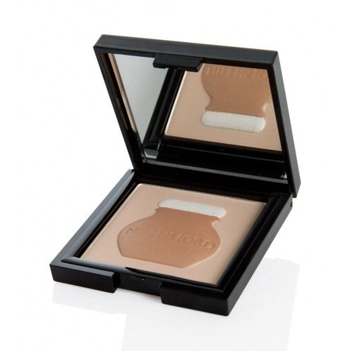 Bronzing Powder er silkeblødt solskinspudder med en diskret shine effekt. Huden får en smuk, naturlig glød, og de gyldne nuancer giver make-up'en et friskt naturligt look.  Effekten er flot som highlight på kindben, øjne og skuldre.