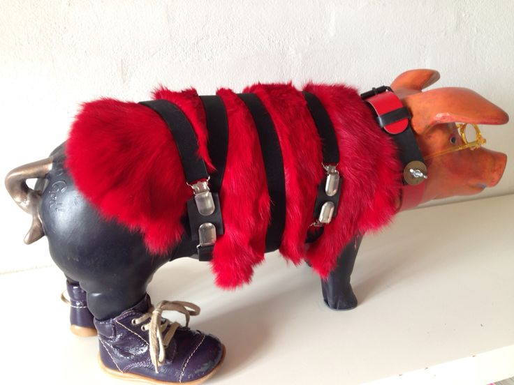 Pig Art in red. A figur with shoes