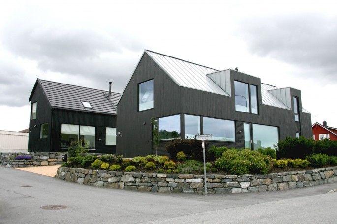 Moderne boliger med saltak og store glassfelt kledd i mørkt panel // Høgevollen - Sjo Fasting Arkitekter