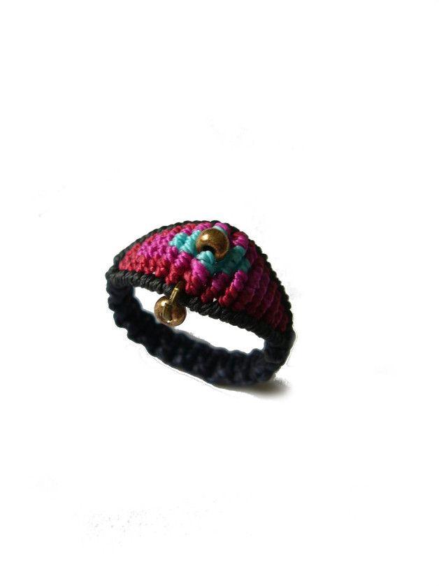 **Makramée-Ring ** mit eingearbeiteter Rocailles.   Ringgröße: 59  Innendurchmesser: 19 mm  Geknüpft mit S-Lon Bead Cord und gewachstem Polyestergarn