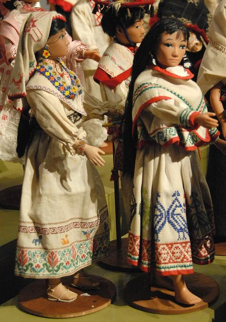 Muñecas con traje típico Huichol. Son indigenas que viven en los estados de Jalisco, Nayarit y Durango. México.