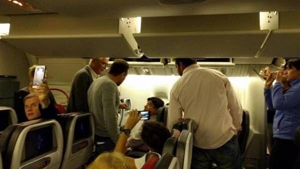 Pasajeros encaran a Carlos Zannini a borde de un vuelo de American Airlines con rumbo a Estados Unidos.