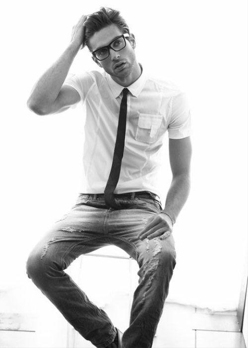 The skinny tie, +the dress tee and black frames: Black Ties, Men Fashion Skinny, But Glasses, Black Men Style, Guys Style, Black Men Fashion Casual, Skinny Ties, Dresses Shirts, Men Style Casual Skinny