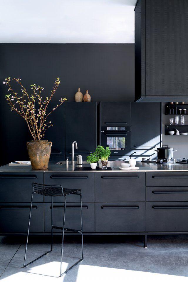<p>Conçue et fabriquée par la société danoise Vipp, connue pour sa poubelle à pédale emblématique, cette cuisine de style industriel impressionne par...