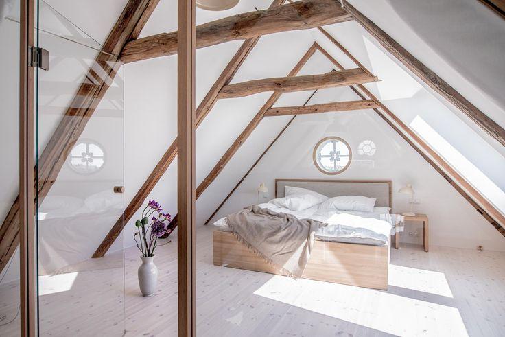 Schlafzimmer im Dachgeschoss mit offener Balkendecke. Die ganze Story auf roomido.com #roomido #WELLE8