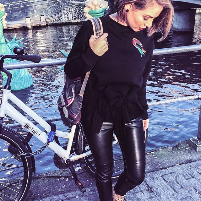 Hellos from #Amsterdam 🍳@carmenescu in our #courtney #sweatshirt #ioanacioalcu.com