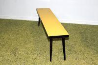 Tafel Fifties Stijlvolle lange smalle plantentafel in geel.