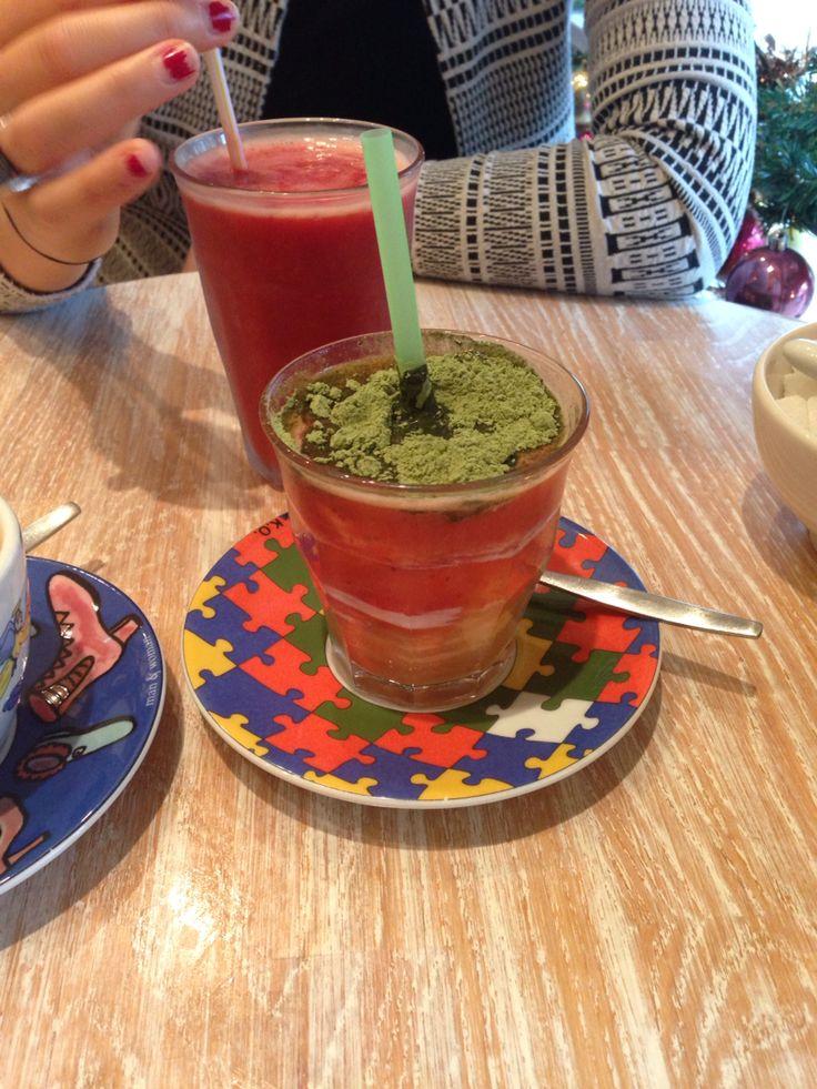 Groene energie sapje!! Yoghurt, bananensap , aardbeiensap en mysterieus groen poeder!!