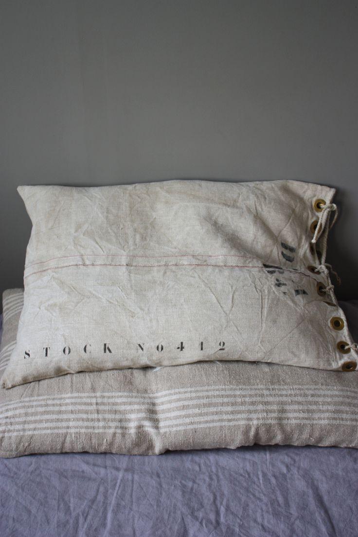 Bedroom | ベッドルーム | Camera da Letto | Dormitorio | Chambre à Coucher | Boudoir | Bed | Decor | Manchester | Coussin toile lin militaire. Le Grenier de Ninon