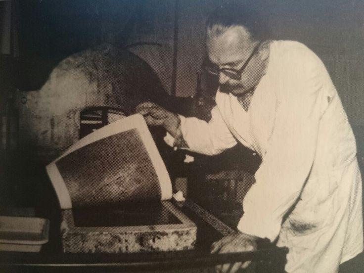 Moment zdejmowania odbitki z kamienia litograficznego- 1991 fot.M.Sak