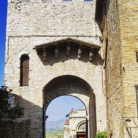 🇮🇹 The beautiful architecture of Assisi 😍 #melbournelifelovetravel #laneway #assisi #umbria #streets #history #beautiful #picturesque #visititalia #visitassisi #archway #architecture #italy