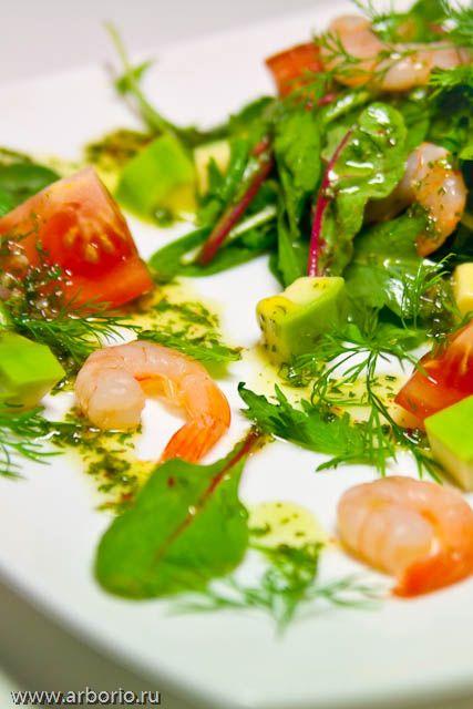 Это простой и очень быстрый рецепт совершенно чудесного салата с креветками и авокадо. Я любил его всегда, а теперь решил поделиться этим рецептом с вами.