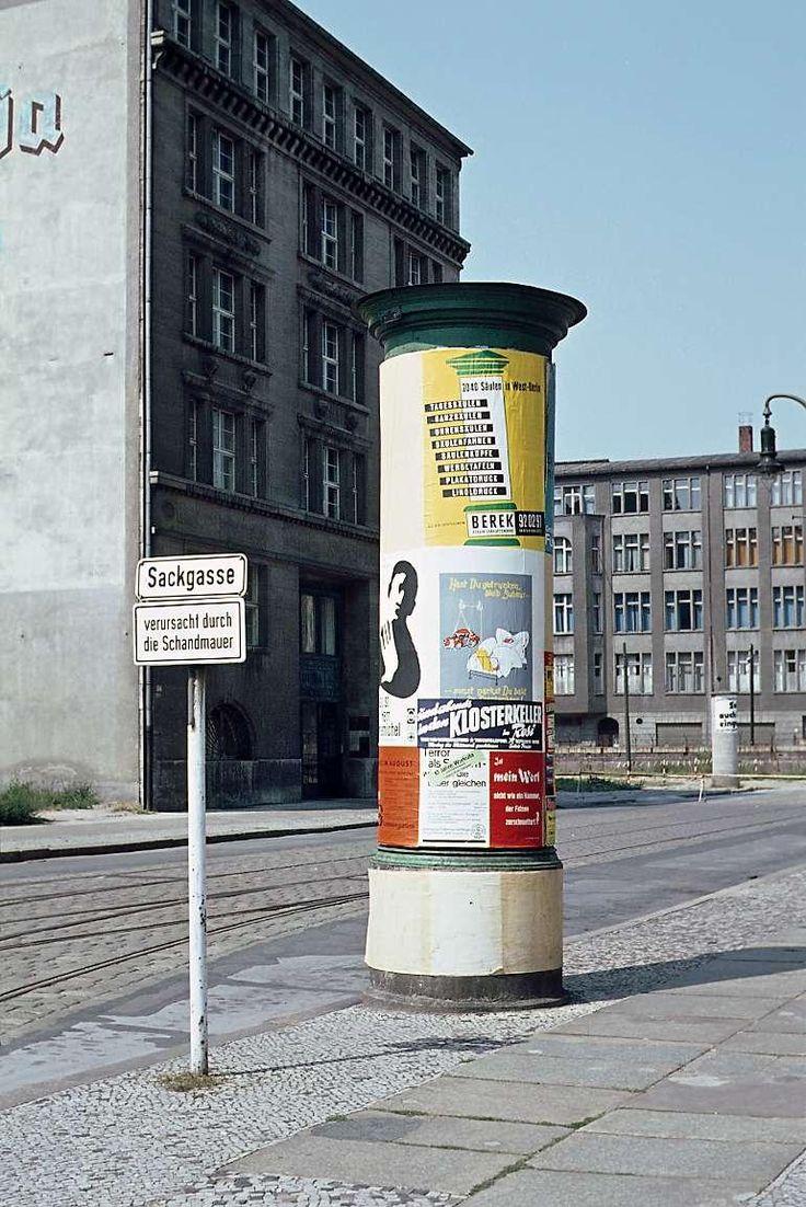 """Zimmerstraße: Viele Querstraßen der  Kreuzberger Zimmerstraße waren durch den Mauerbau 1961 in nördlicher Richtung zu  Sackgassen geworden. Der West-Berliner Senat ließ dort  Schilder aufstellen mit dem  Zusatz """"verursacht durch die  Schandmauer"""", ein Begriff, den  Bürgermeister Willy Brandt geprägt hatte. Foto: Noack"""