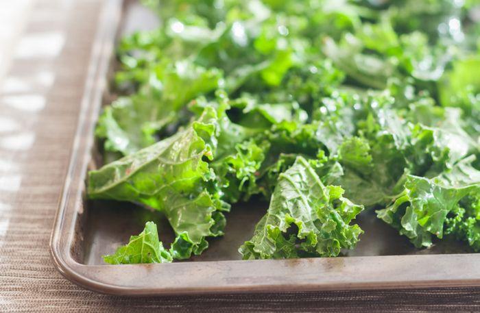 Grönkålschips är inte bara fantastiskt gott och nyttigt, det är dessutom busenkelt att göra själv! Följ vårt recept på grönkålschips i ugn och du har nyttiga snacks klara att ätas om bara några minuter! (Psst! Varför inte lyxa till dem lite extra och smaksätta med parmesan? )