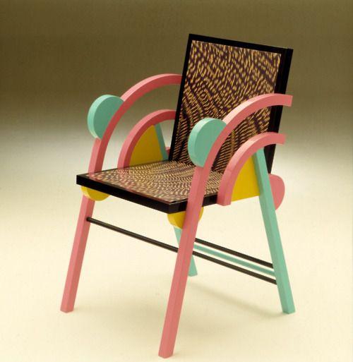 En 1981, quelques designers italiens décident de fonder le groupe Memphis, guidés par Ettore Sottsass. Assemblage de motifs colorés et de formes simples.